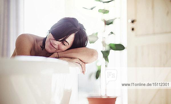 Reife Frau entspannt sich  nimmt ein Bad