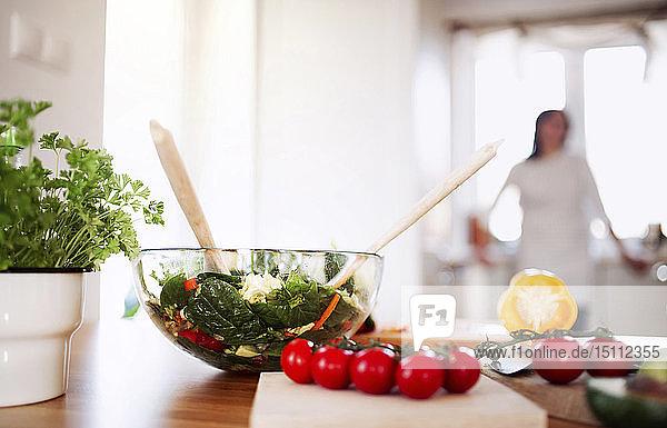 Frischer Salat in einer Schüssel  Nahaufnahme