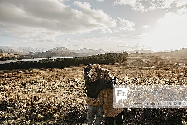 Großbritannien  Schottland  Loch Lomond und der Trossachs-Nationalpark  Rückansicht von Freundinnen  die den Blick auf sich ziehen