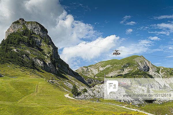 Österreich  Tirol  Maurach  Rofangebirge  Seilbahn  Airrofan Skyglider über Blumenwiese