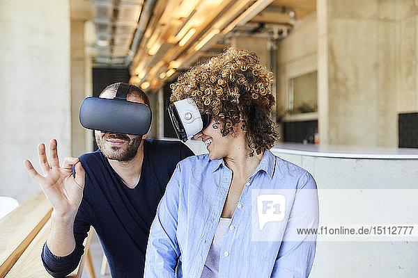 Mann und Frau mit VR-Brille im modernen Büro