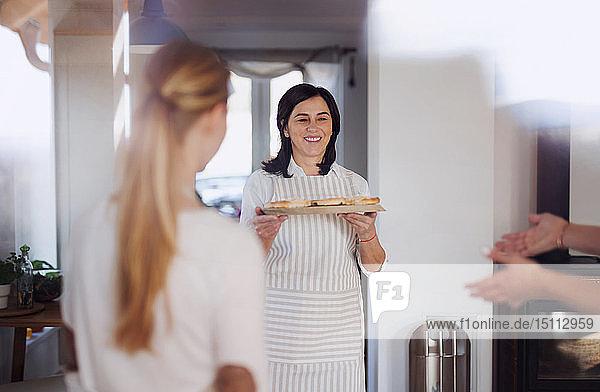 Mutter serviert ihren Töchtern hausgemachten Kuchen