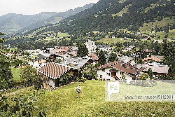 Mann wandert ins Tal  Jochberg  Österreich