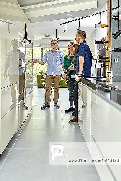 Familieneinkauf für eine neue Küche im Ausstellungsraum