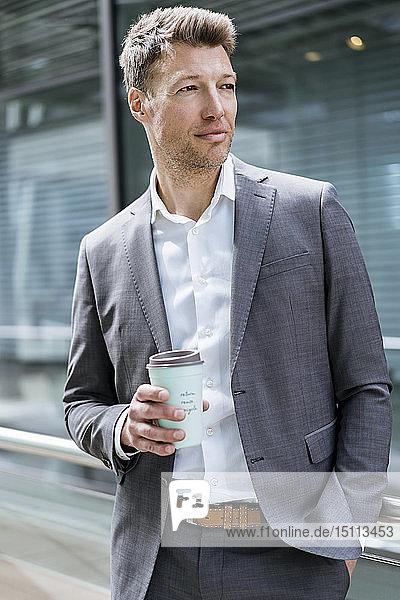 Geschäftsmann mit Kaffee zum Mitnehmen draußen in der Stadt