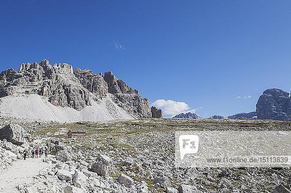Lavaredo-Hütte am Rundweg  Gebiet Tre Cime di Lavaredo  Naturpark Tre Cime  Unesco-Weltnaturerbe  Sextner Dolomiten  Italien