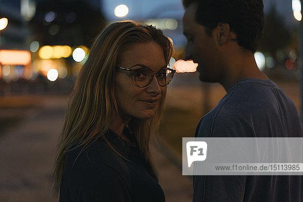 Junges Paar in der Stadt bei Nacht