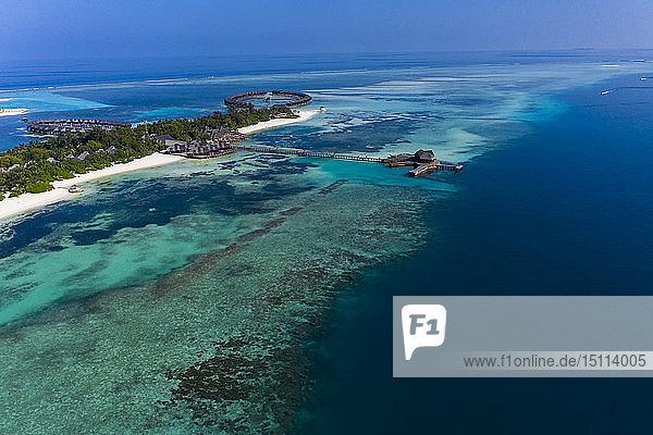 Malediven  Süd Male Atoll  Lagune von Olhuveli mit Sandstrand und Wasserbungalow  Luftaufnahme