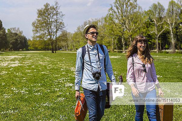 Junges Paar beim Picknick in einem Park