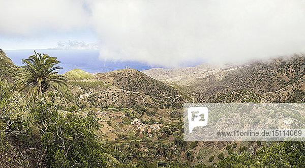Spanien  Kanarische Inseln  La Gomera  Vallehermoso  Panoramablick über die Landschaft zum Meer
