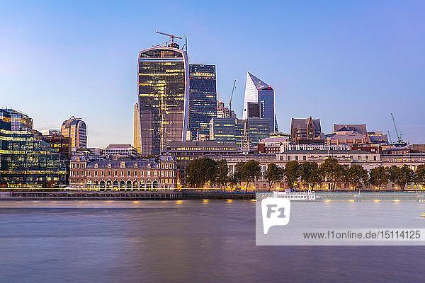 Großbritannien  London  moderne Gebäude in der Liverpool Street bei Sonnenuntergang