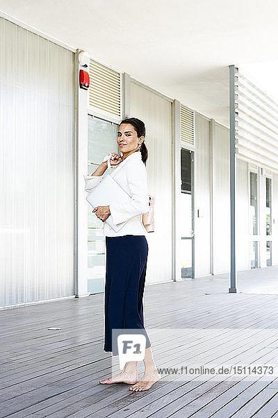 Balletttänzerin vor einem Büro während der Arbeit
