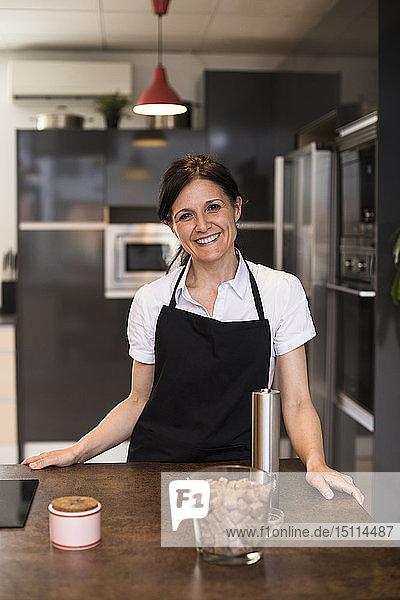 Porträt einer lächelnden Frau in der Küche