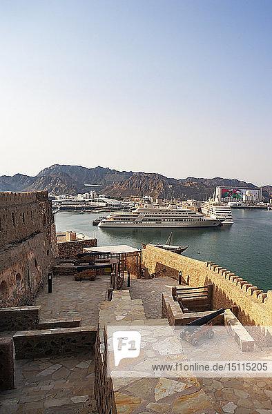 Fort Matrah  Blick in Richtung Hafen  Al Said  Privatjacht des Sultanats Oman  Matrah  Muscat  Oman