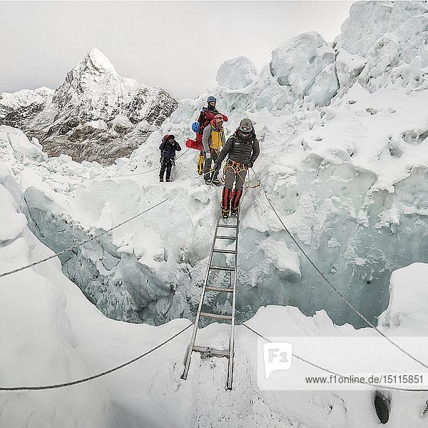 Nepal  Solo Khumbu  Bergsteiger am Everest-Eisfall