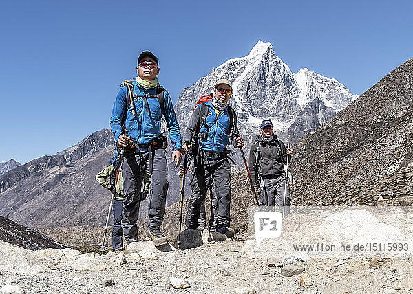Nepal  Solo Khumbu  Everest  Sherpas führen Bergsteiger in der Nähe von Dingboche