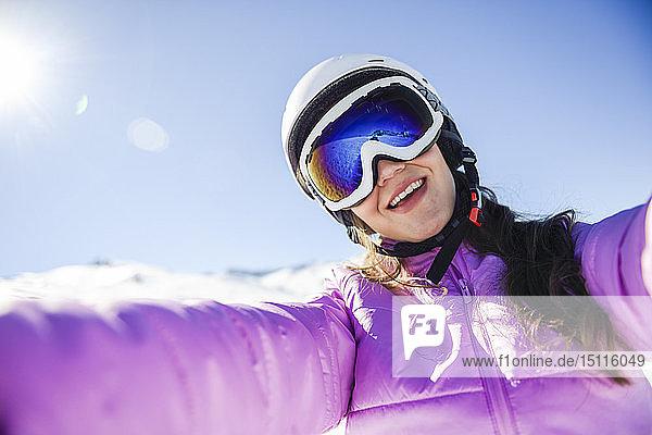Selfie einer glücklichen jungen Frau in Skikleidung