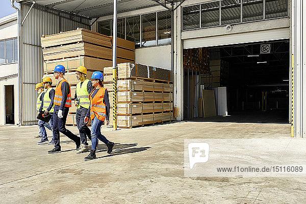 Gruppe von Arbeitern auf dem Fabrikhof