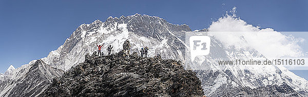 Nepal  Solo Khumbu  Everest  Gruppe von Bergsteigern am Chukkung Ri