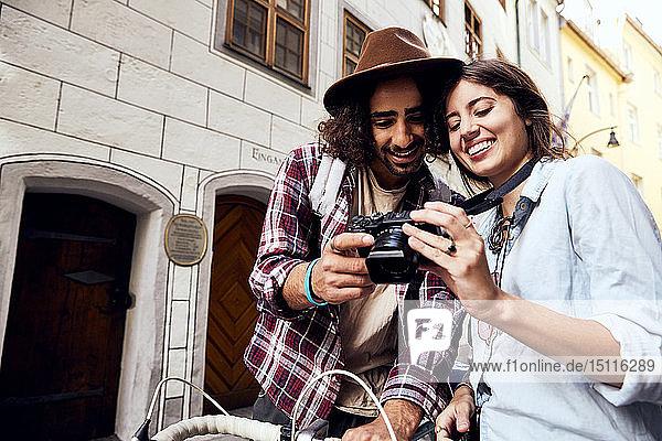 Junges Paar prüft ein Foto