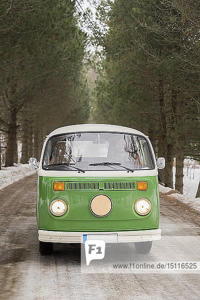 Elektro-Van auf Landstraße in Winterlandschaft  Kuopio  Finnland