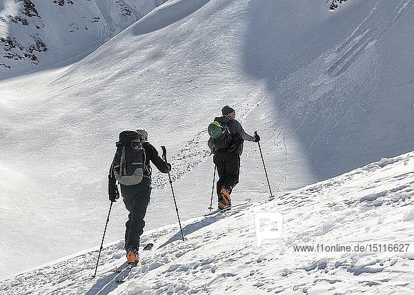 Georgien  Kaukasus  Gudauri  zwei Personen auf einer Skitour
