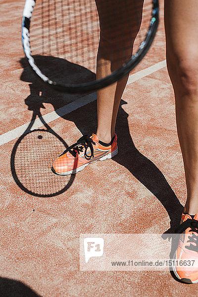 Nahaufnahme einer Tennisspielerin auf dem Platz