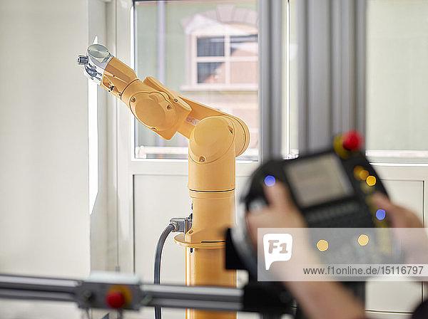 Handsteuerung und Roboterarm
