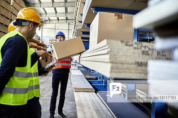 Im Fabriklager arbeitende Männer