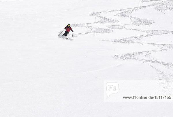 Georgien  Kaukasus  Gudauri  Mann auf einer Skitour beim Abfahrtslauf