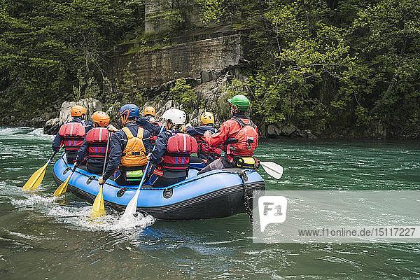 Gruppe von Menschen beim Rafting im Schlauchboot auf einem Fluss