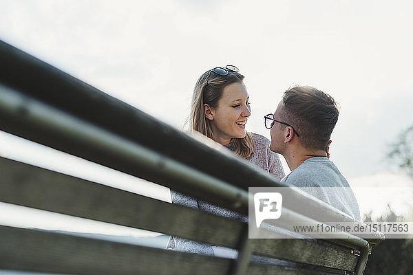 Glückliches junges verliebtes Paar im Gegenlicht