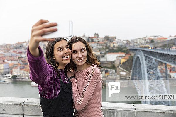 Porträt der zwei besten Freunde beim Selbermachen mit dem Smartphone  Porto  Portugal