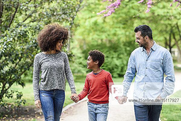Glückliche Familie beim Spaziergang im Park