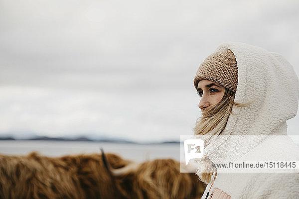 Grossbritannien  Schottland  Hochland  junge Frauen und Langhornrinder auf der Weide