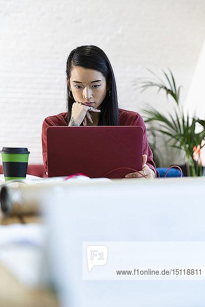 Frau benutzt Laptop im Büro