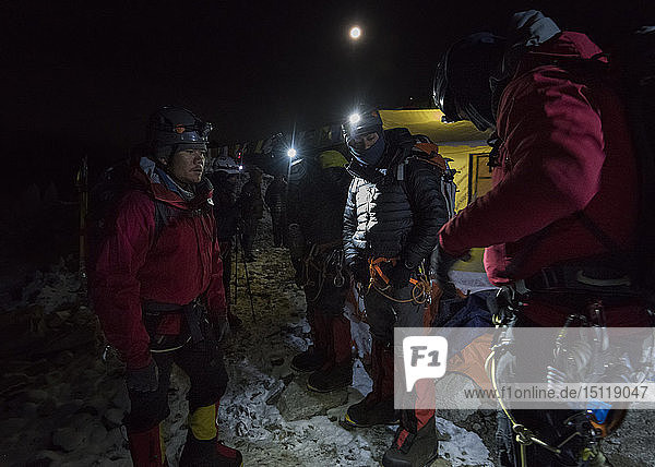 Nepal  Solo Khumbu  Bergsteiger kehren nachts ins Everest Base Camp zurück