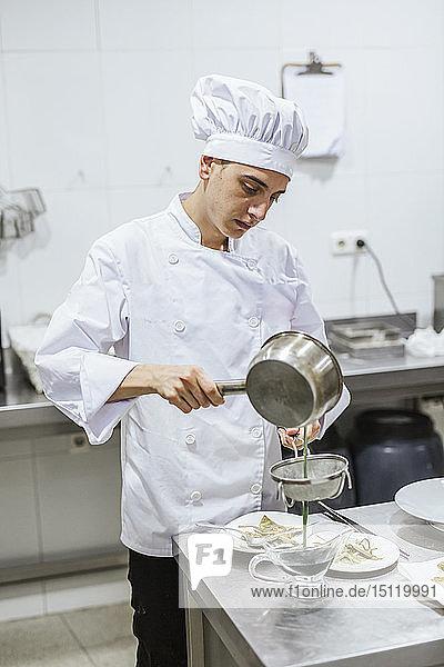 Nachwuchs-Köche bereiten ein Dessert zu