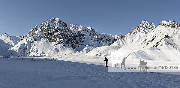 Georgien  Kaukasus  Gudauri  Menschen auf einer Skitour