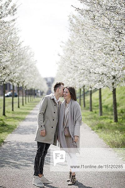 Liebespaar beim Spaziergang in einem Park im Frühling