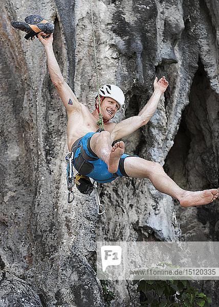 Thailand  Krabi  Lao Liang  barbusiger Bergsteiger  der sich von einer Felswand abseilt