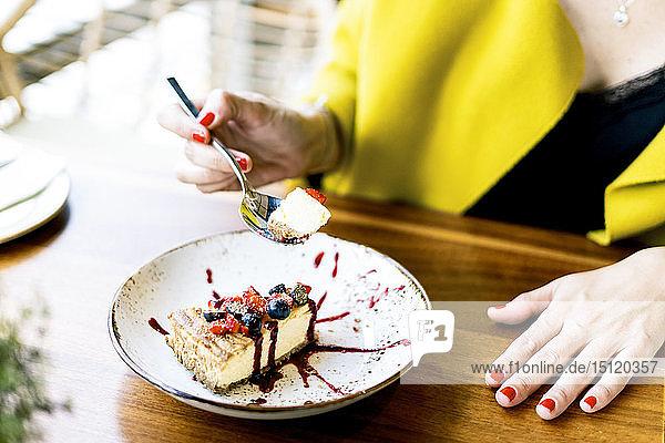 Nahaufnahme einer Frau  die in einem Cafe einen Kuchen isst