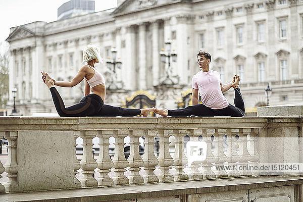 Grossbritannien  London  junges Paar turnt vor dem Buckingham-Palast Akrobatik