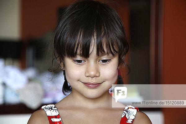 Porträt eines lächelnden kleinen Mädchens