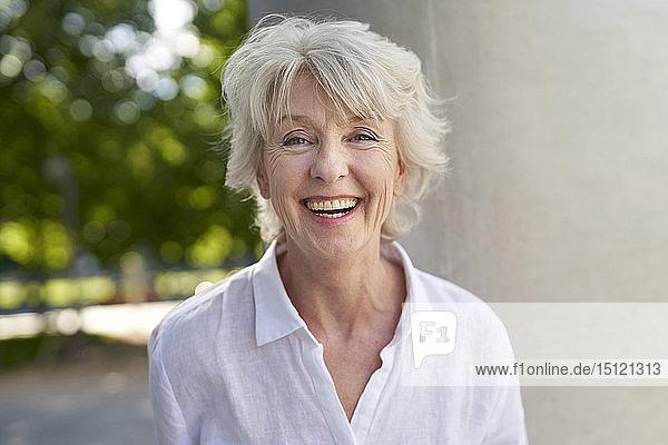 Porträt einer glücklichen reifen Frau