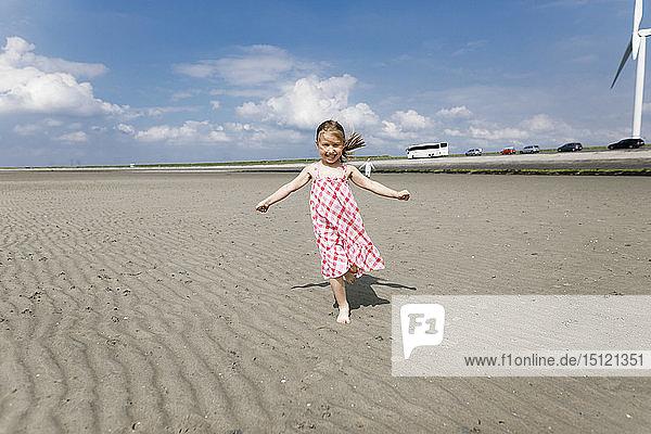 Glückliches kleines Mädchen rennt am Strand  Bergen op Zoom  Niederlande