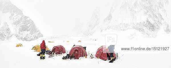 Nepal  Solo Khumbu  Everest  Bergsteiger in Lager 1
