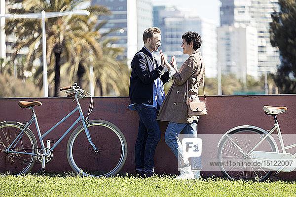 Paar mit Fahrrädern  von Angesicht zu Angesicht