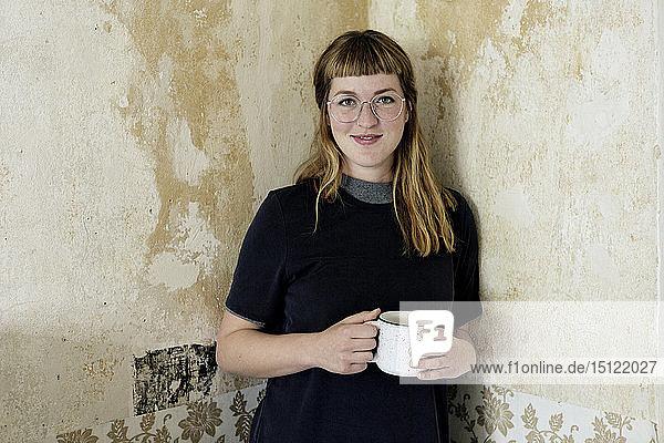 Studentin mit einer Tasse Kaffee