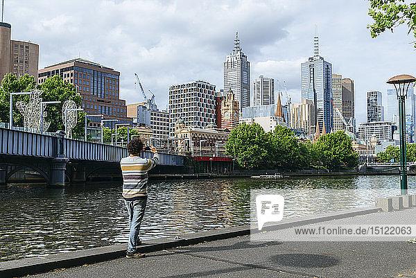 Mann fotografiert das Stadtbild von Melbourne mit dem Fluss Yarra  Victoria  Australien